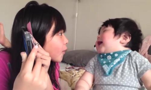 Bé gái Nhật cười nắc nẻ khi chơi ú òa cùng chị