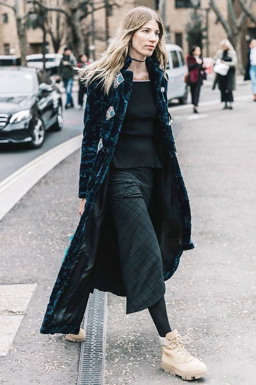 Bên cạnh sắc đen quen thuộc, sử dụng các kiểu chân váy họa tiết ca rô thiên về xanh đen sẫm sẽ mang tới cảm giác mới lạ.