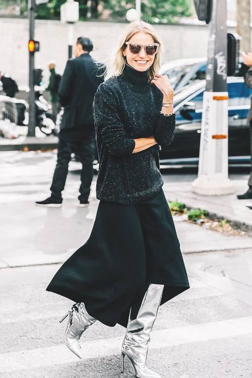 Bốt ánh kim hot trend sẽ giúp set đồ tuyền sắc đen trở nên bắt mắt hơn.