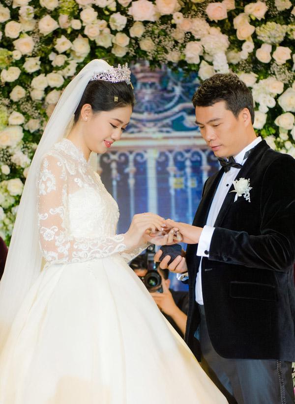 Á hậu Thanh Tú và chồng đại gia liên tục âu yếm trong tiệc cưới - 10