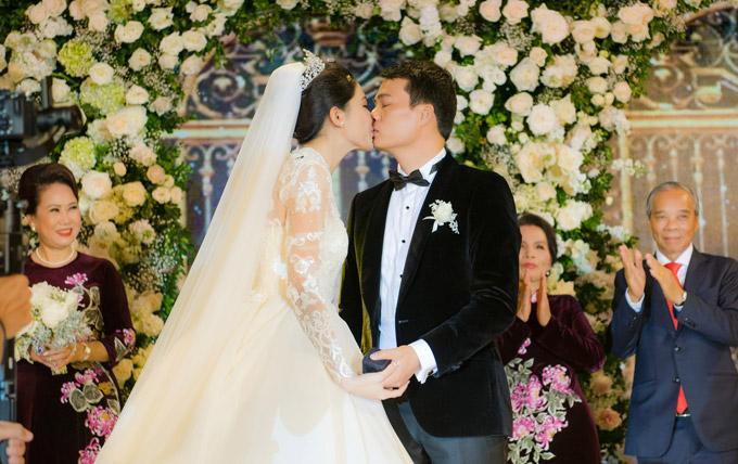 Á hậu Thanh Tú và chồng đại gia liên tục âu yếm trong tiệc cưới - 11