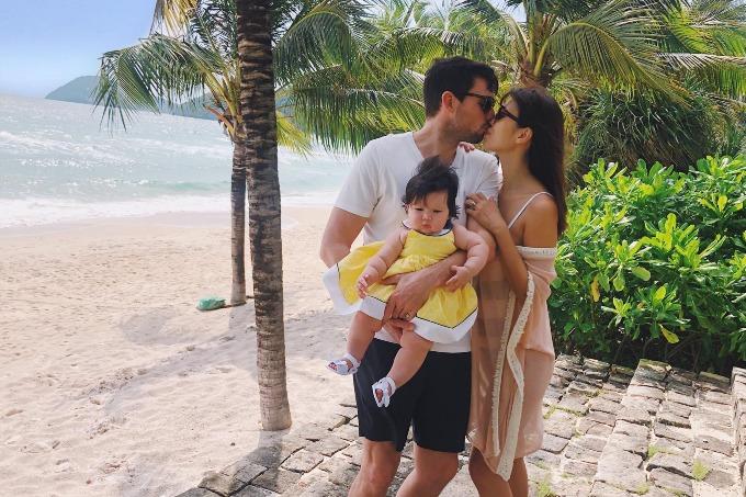 Giờ em nó ngó ngoáy ngọ ngoạy, chụp được kiểu ảnh là không đơn giản, Hà Anh chia sẻ về hình ảnh cùng chồng con nghỉ dưỡng ở Phú Quốc.