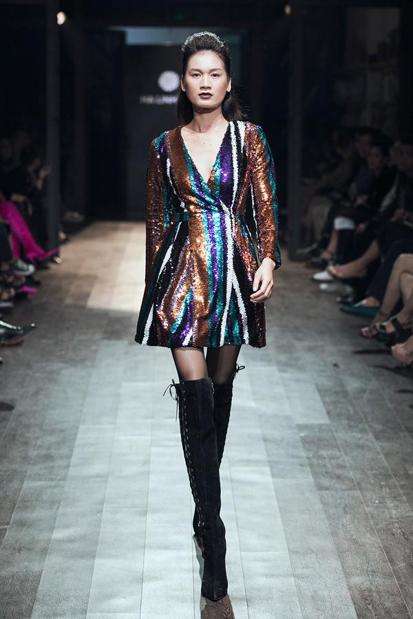 Ngoài ra, Hà Linh Thư còn sử dụng dạ và sequin - hai chất liệu đang hot trên thế giới khi xu hướng thời trang những năm 1970, 1980 trở lại trên khắp sàn diễn.