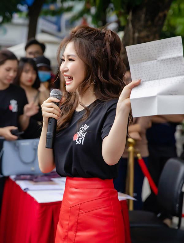 Tại buổi giao lưu, nữ ca sĩ trực tiếp nhận thư tay từ người hâm mộ. Cô chọn đọc một số lá thư và rất xúc động trước dòng tâm sự của một bạn trẻ không may mắn bị bệnh tim bẩm sinh.