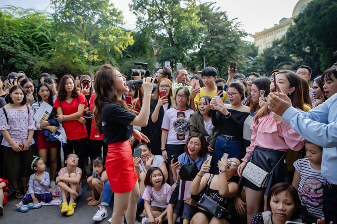 Bên cạnh những phút giao lưu gần gũi, giọng ca gốc Nghệ An còn thể hiện một số ca khúc được mọi người yêu thích.