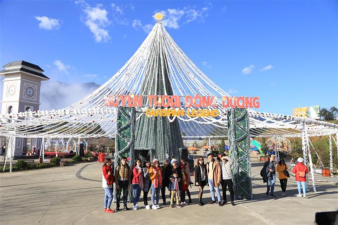 Điểm nhấn của Lễ hội mùa đông Fansipan 2018 là quảng trường Noel lộng lẫy sắc màu với cây thông Giáng sinh khổng lồ có đường kính tới 36 mét, được thắp sáng bởi hàng nghìn bóng đèn led và những món quà xinh xắn đủ hình dáng. Lấy cảm hứng từ Nóc nhà Đông Dương, cây thông ánh sáng tại Sun World Fansipan Legend hứa hẹn sẽ tạo nên một kỷ lục mới riêng cho khu du lịch trong mùa lễ hội cuối năm.