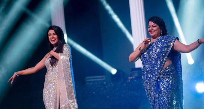Priyanka Chopra diện sari thêu tay sequins bằng vàng và bạc do nhà thiết kế hàng đầu Ấn Độ là Abu Jani Sandeep Khosla thực hiện. Người đẹp múa hát cùng mẹ trên sân khấu. Priyanka cũng trình diễn nhiều ca khúc nổi tiếng trong các phim Bollywood mà cô đã thể hiện.