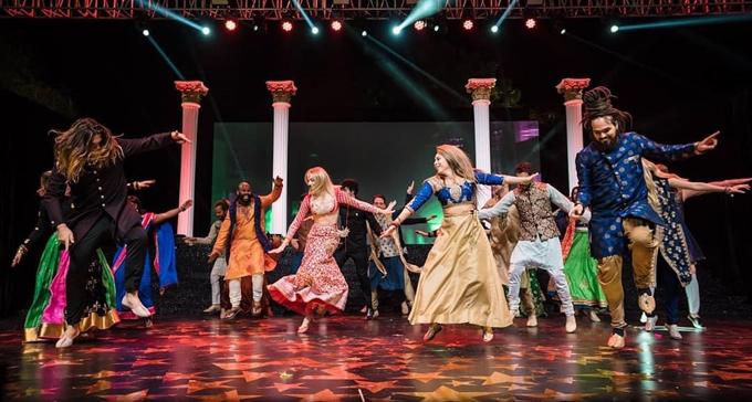 Các bạn diễn và anh em họ của cô dâu biễu diễn những vũ điệu quyến rũ của Ấn Độ.