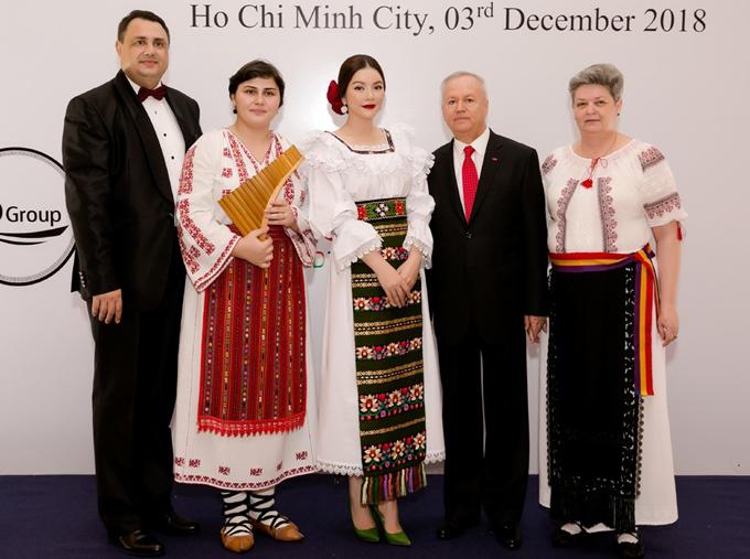 Nữ diễn viên Việt Nam hiện giữ vai trò Lãnh dự danh dự Romania tại TP HCM. Nhiệm kỳ của Lý Nhã Kỳ kéo dài 4 năm. Cô cho biết bản thân rất vui vì có cơ hộithúc đẩy quan hệ hữu nghị giữa Việt Nam và Romania ngày càng tốt đẹp. Lý Nhã Kỳ chụp ảnh cùng các quan chức và khách mời người Romania trong sự kiện.