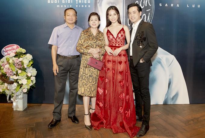 Bố mẹ Sara Lưu chụp ảnh cùng nữ ca sĩ và bạn trai cô trong buổi ra mắt MV tại TP HCM.