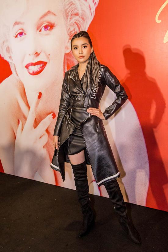 Cao Thái Hà mang đến sự mới mẻ cho phong cách thời trang thảm đỏ. Cô không diện váy dạ hội kiêu sa như mọi lần, thây vào đó là trang phục da đi cùng kiểu tóc tết cá tính.
