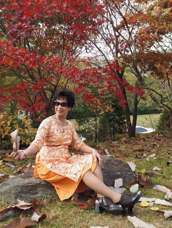Ở tuổi 79, bà Cao Diễm Tuyết khiến nhiều người bất ngờ về độ trẻ trung ở cả ngoại hình lẫn tính cách. Bà vẫn giữ được sự nhanh nhẹn, minh mẫn, yêu đời và thích mặc đẹp.