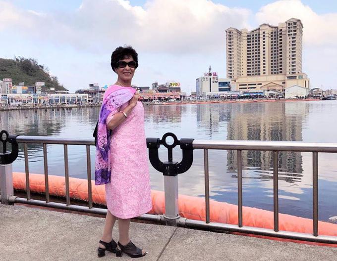 Chia sẻ với Ngoisao.net, cụ bà sinh năm 1939 cho biết bà có sở thích mặc đồ rực rỡ từ khi còn trẻ. Kể cả thời bao cấp, khi được chia vải theo hình thức tem phiếu, bà đã đi tìm thợ may ưng ý để thực hiện trang phục theo sở thích riêng, bà tâm sự.