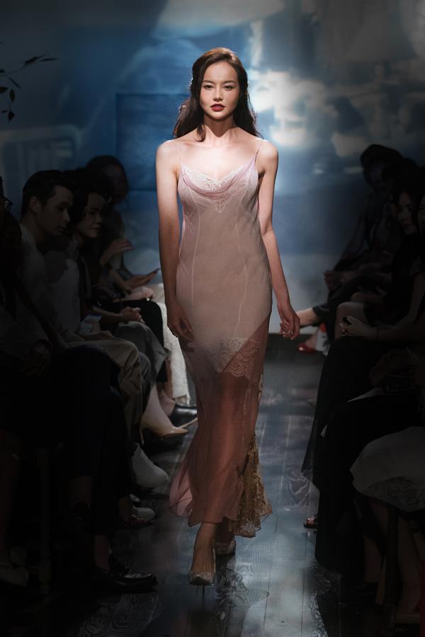 Trang phục đề cao tính giải phóng hình thể của Li Lam