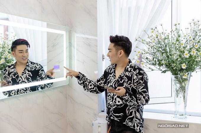 Chiếc máy trong suốt nam ca sĩ gắn trên tường kết nối được wifi, bluetooth để phát nhạc. Anh nói, kể cảlúc đang ngâm mình trong bồn tắm anh cũng có thể nghe những ca khúc mình yêu thích.
