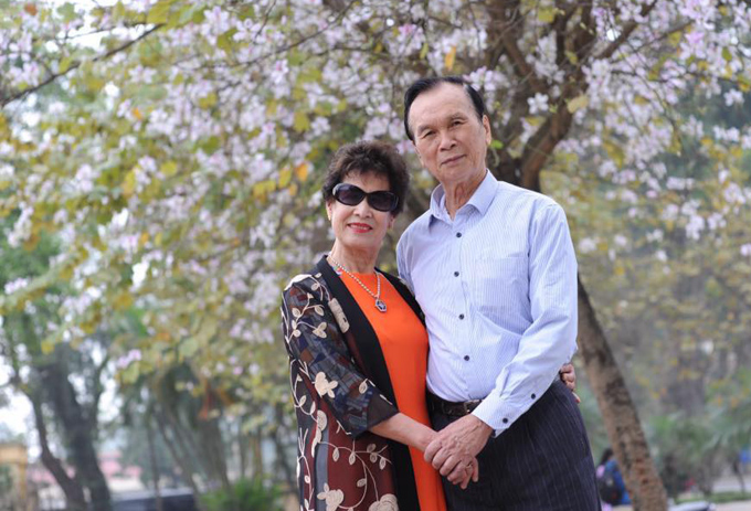 Bà Diễm Tuyết hiện có cuộc sống hạnh phúc, thoải mái bên chồng và các con cháu. Chồng bà cũng luôn đồng  hành trong những  chuyến du lịch và nhiệt tình tạo dáng cùng vợ mỗi khi chụp hình.