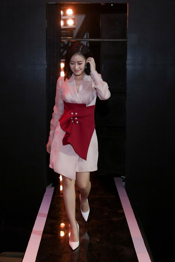 Vớiorganza dạng vest màu hồng, chi tiết nơ đỏ ở vùng eo giúp tôn vóc dáng và tạo cho Phí Linh vẻ ngọt ngào. Đây là một thiết kế của Châu Phạm.