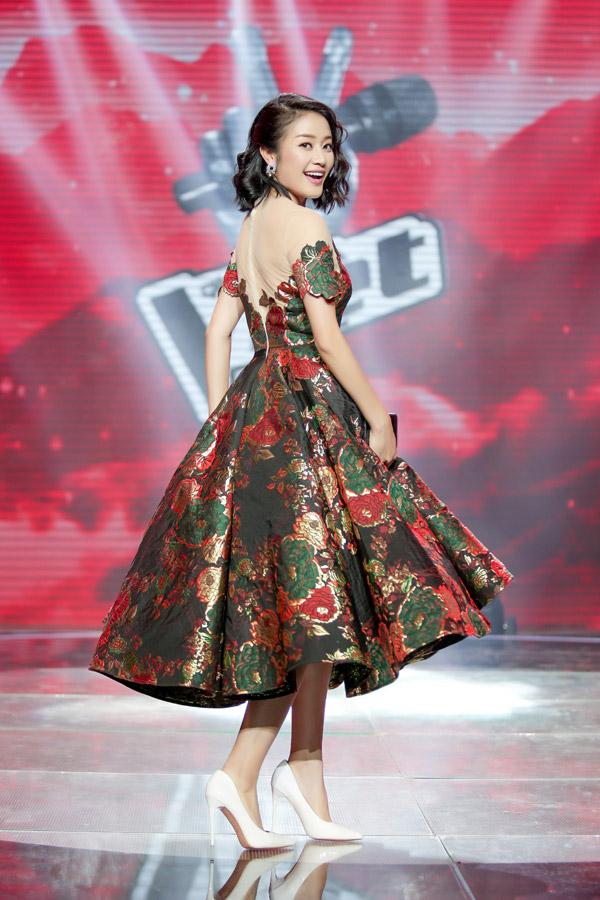 Công thức váy xòe cổ điển tiếp tục được cô tận dụng khi lựa chọn bộ đầm họa tiết hoa hồng.