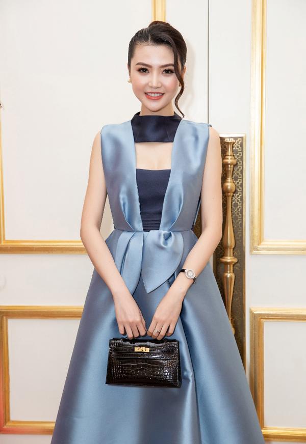Nữ hoàng sắc đẹp toàn cầu Ngọc Duyên mặc sang trọng, thanh lịch đi sự kiện.