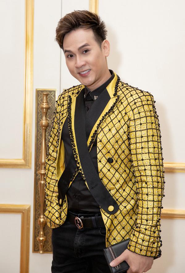 Ca sĩ Nguyên Vũ gây chú ý với kiểu vest lạ đính hạt lấp lánh.