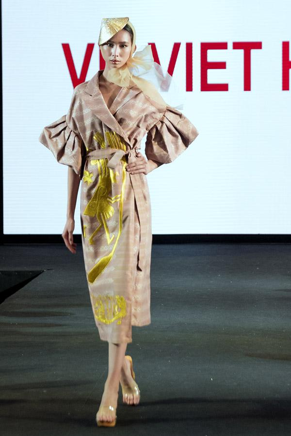 NTK Vũ Việt Hà giới thiệu bộ sưu tập Trở về trong Tuần lễ Thời trang quốc tế về lụa của Thái Lan. Sự kiện có sự tham gia của 48 quốc gia, trong đó 24 nhà thiết kế trình diễn thời trang. Để chuẩn bị cho chương trình, NTK Vũ Việt Hà gấp gáp thực hiện bộ sưu tậpchỉ trong vòng 14 ngày.