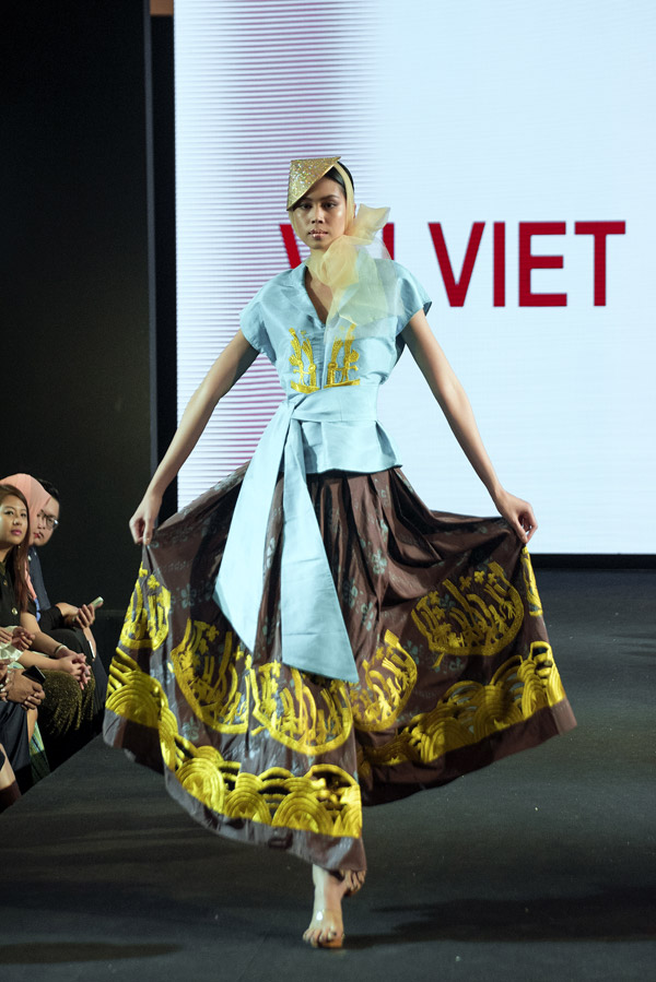 Các mẫu trang phục có phom dáng hiện đại nhưng vẫn mang đậm dấu ấn văn hóa truyền thống của Việt Nam.