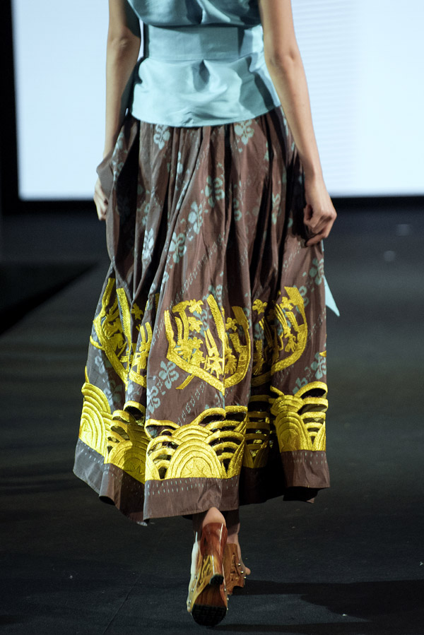 Các người mẫu trình diễn trên đôi guốc mộc, đầu đội nón lá cách điệu.