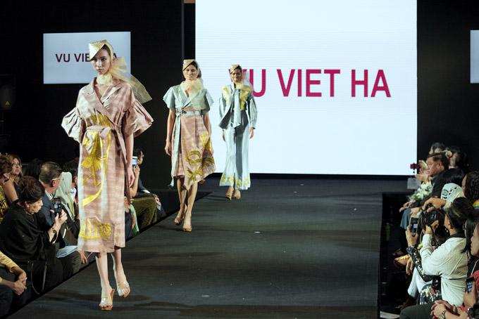 Nhiều bạn bè quốc tế đã dành lời khen cho bộ sưu tập Trở về của NTK Vũ Việt Hà.