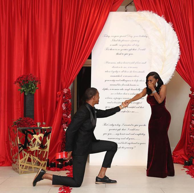 Anh chàng còn chuẩn bị nến và hoa hồng đỏ thẫm - những vật dụng kinh điển trong màn cầu hôn.