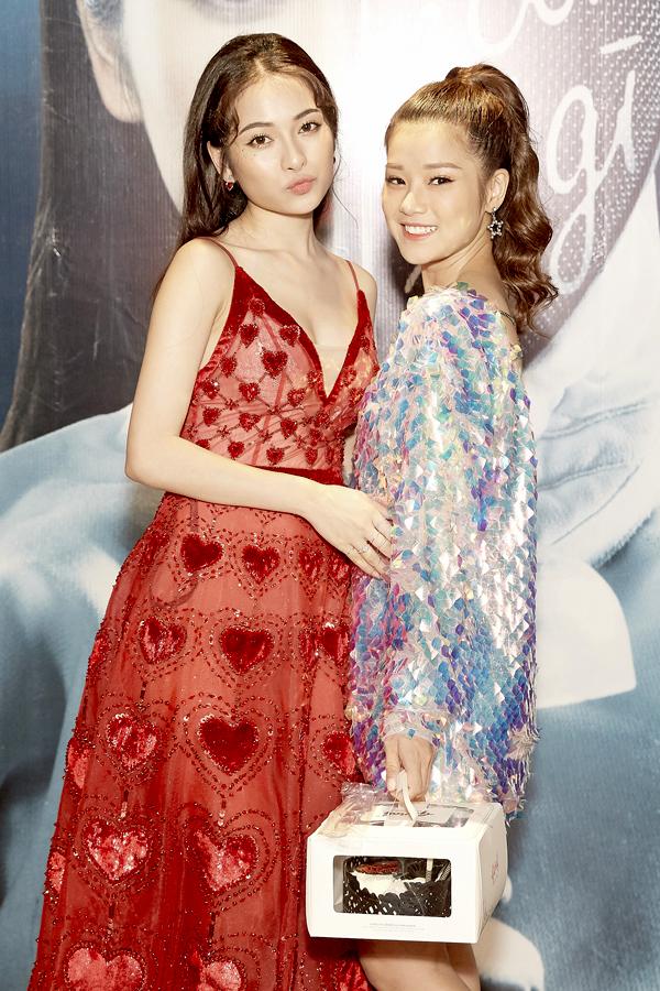 Hoàng Yến Chibi trẻ trung khi mặc váy ngắn lấp lánh, cột tóc bổng.