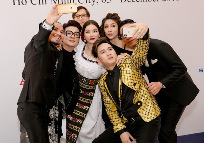 Các sao tranh thủ selfie với Lý Nhã Kỳ trước khi chương trình bắt đầu.