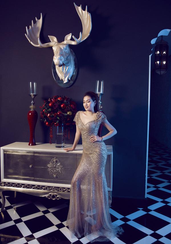Nhân mùa Noel đã cận kề Diễm Trần thực hiện bộ ảnh với trang phục ánh kim xuyên thấu.