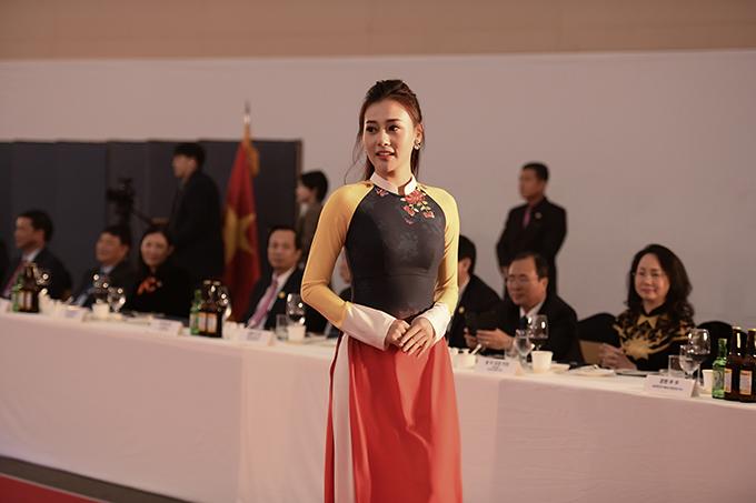 Trước khi theo đuổi sự nghiệp diễn viên, Phương Oanh đã có nhiều năm hoạt động trong lĩnh vực người mẫu. Phương Oanh đã gác lại nhiều lịch trình để sang Hàn Quốc từ ngày 2/12 để tập luyện và chuẩn bị cho chương trình này. Sau thành công của vai chính trong phim Quỳnh búp bê, Phương Oanh trở thành gương mặt đình đám và ngày càng đắt show.