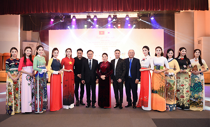Chủ tịch Quốc hội Việt Nam Nguyễn Thị Kim Ngân và Chủ tịch Quốc hội Hàn Quốc Moon Hee-sang chụp ảnh lưu niệm cùng nhà thiết kế Đỗ Trịnh Hoài Nam và các người mẫu khi chương trình kết thúc.