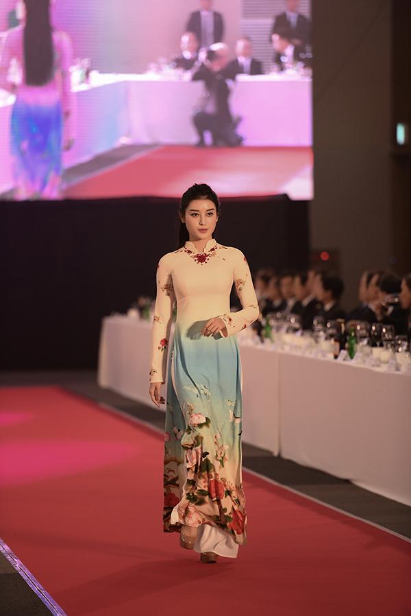 Những họa tiết truyền thống của Hàn Quốc được phác họa trên tà áo dài Việt thể hiện cho tình hữu nghị, gắn kết của hai nước.