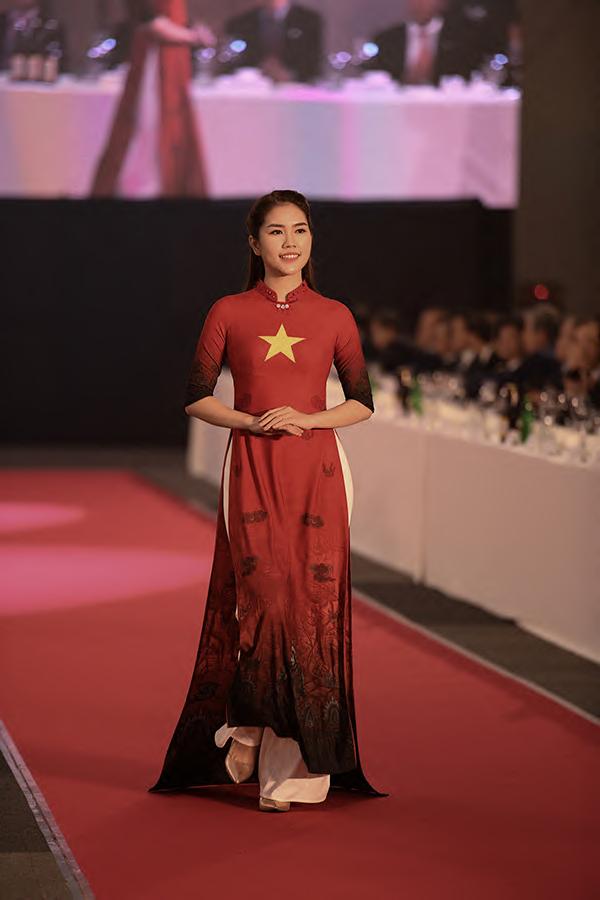 Người đẹp Thùy Dương - bà xã Minh Tiệp - mặc áo dài in hình cờ Tổ quốc Việt Nam. Cô là gương mặt quen thuộc trong các show diễn của nhà thiết kế Đỗ Trịnh Hoài Nam.
