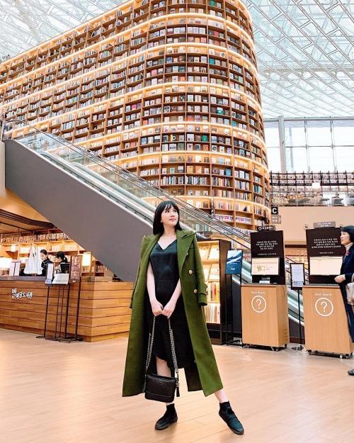 Bảo Thy pose hình tại thư viện sách lớn nhất ở Gangnam, Hàn Quốc. Nữ ca sĩ ước được gặp Oppa Lee Min Hoở đây.