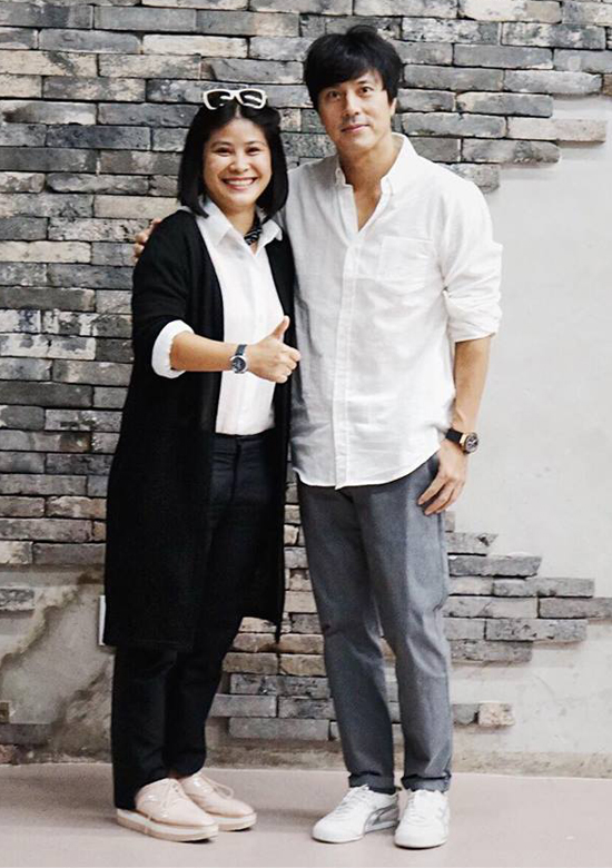 Nhà sản xuất phim Nguyễn Hoàng Hạnh Nhân chụp ảnh cùng ngôi sao Han Jae Suk trong chuyến sang Hàn Quốc bàn về việc hợp tác làm phim Thiên đường.