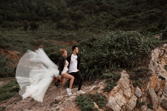 Cô dâu chú rể chọn gu thời trang cá tính khi chụp ảnh cưới. Ảnh: KelvinNguyen Studio.