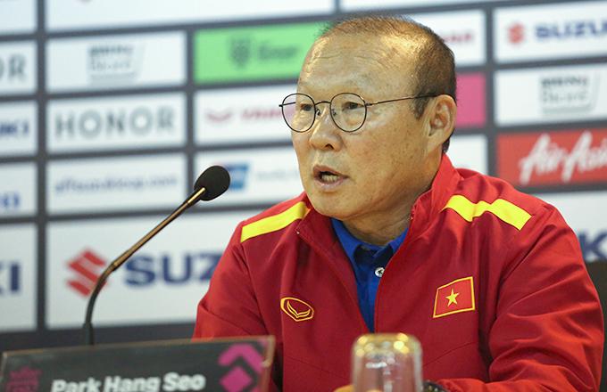 HLV Park Hang-seo trả lời họp báo trưa 5/12. Ảnh: Đương Phạm.