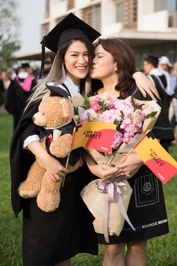 Mẹ ruột của Ngọc Thanh Tâm hôn má để chúc mừng con gái trong nhận bằng cử nhân.