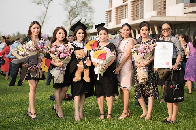 Nhiều người thân, bạn bè của nữ diễn viên cũng đến chia vui với cô.