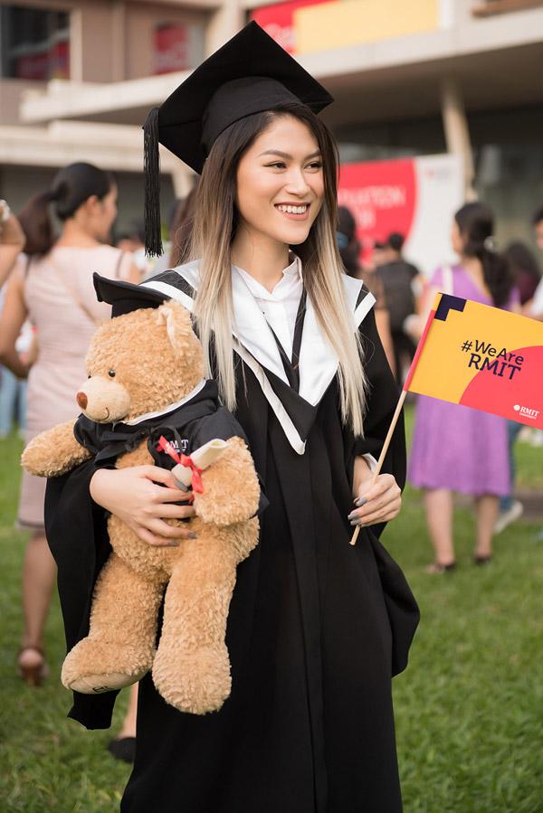 Dù được chiều chuộng vì là con mộttrong gia đình nhưngtừ nhỏ cô đã khiến bố mẹ tự hào vềthành tích học tập. Từ tiểu học, trung học, phổ thông đến đại học, cô luôn lọt top học sinh giỏi của lớp. Năm 13 tuổi, cô nhận giải cao trong cuộc thi diễn xuất ITMA tại Mỹ, năm 15 tuổi cô cũng hoàn thành thêm hai khóa học diễn xuất tại Thái Lan, Philippines.