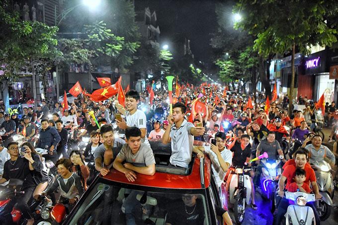 Ngay sau khi trận bán kết lượt đi trên sân Philippines kết thúc với chiến thắng của tuyển Việt Nam, hàng nghìn cổ động viên Hà Nội đã đổ xuống phố ăn mừng.Ảnh: Giang Huy