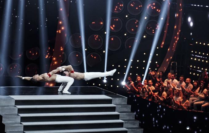Tối 15/11, Quốc Cơ - Quốc Nghiệp có buổi trình diễn để xác lập kỷ lục thế giới mới về xiếc chồng đầu tại Italy. Ban đầu họ thể hiện các động tác giữ thăng bằng cơ bản, thể hiện sức mạnh của đôi tay.