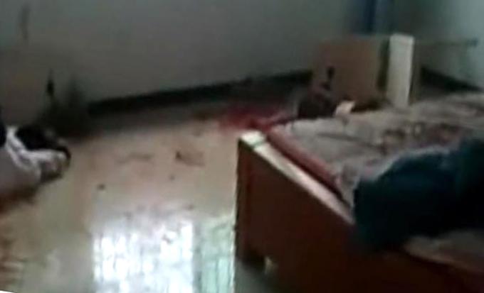 Thi thể người mẹ được tìm thấy nằm giữa vũng máu trong phòng ngủ của gia đình ở Nguyên Dương, Hồ Nam. Ảnh: Beijing News.