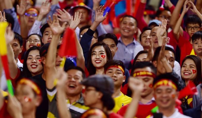 Hoa hậu Đỗ Mỹ Linh hoà vào 40.000 cổ động viên