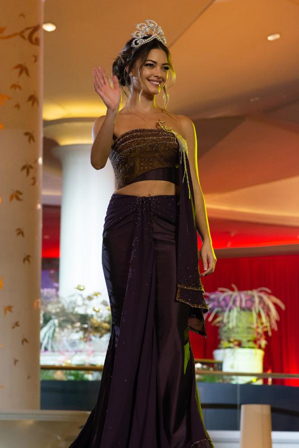 Hoa hậu Hoàn vũ 2017 Demi-Leigh Nel-Peters xuất hiện quyến rũ với đầm hở vai trong đêm trình diễn trang phục của các nhà thiết kế Thái Lan diễn ra tại Bangkok tối 5/12.