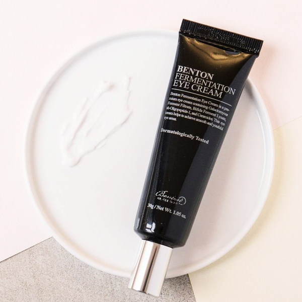 Benton Fermentation Eye Cream chứa tinh chất lên men của cám gạo, tinh chất cam thảo, tinh chất rau má, tinh chất trà xanh cùng hàng loạt tinh chất quý như nấm đông cô, linh chi.. giúp làm giảm quầng thâm, tăng cường độ đàn hồi cho vùng da dưới mắt.Giá tham khảo: 360.000 đồng.