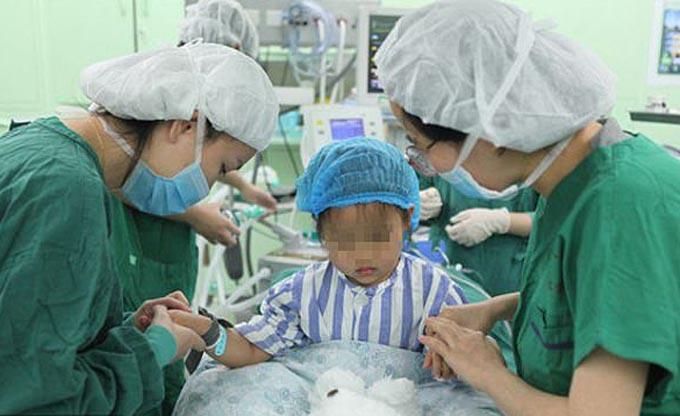 Bé Yan Yan tiến hành ca phẫu thuật tại bệnh viện ở Giang Tô hồi cuối tháng 11. Ảnh: Modern Express.